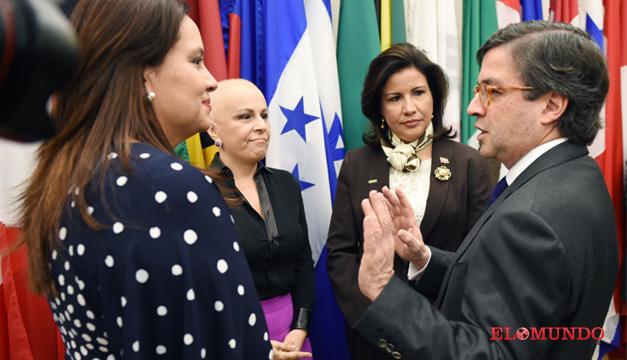 La primera dama de Honduras, Ana García de Hernández (i); el presidente del BID, Luis Alberto Moreno (d); la vicepresidenta de República Dominicana, Margarita Cedeño (2-d), y la secretaria de Inclusión Social de El Salvador, Vanda Pignato. Foto/EFE