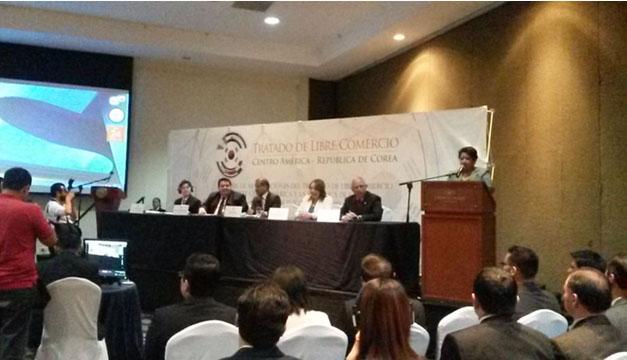 Vicepresidente Oscar Ortíz y titulares del MINEC en inauguración foro/DEM