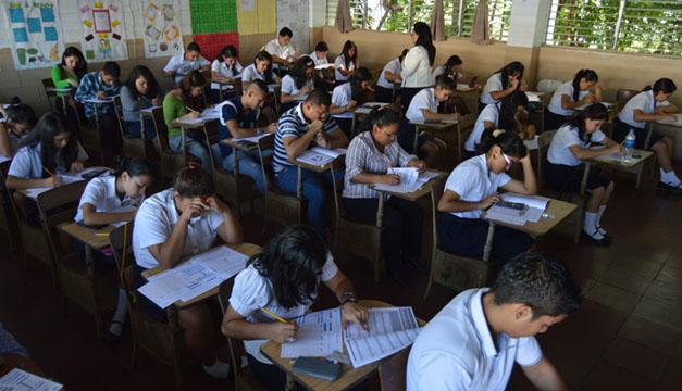 Foto de estudiantes realizando la prueba. DEM