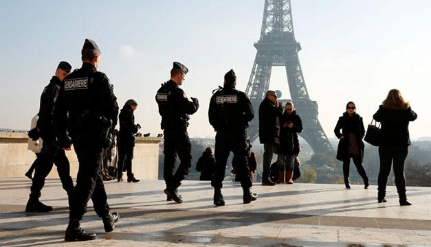 Autoridades de seguridad  patrullan en los alrededores de Torre Eiffel. EFE