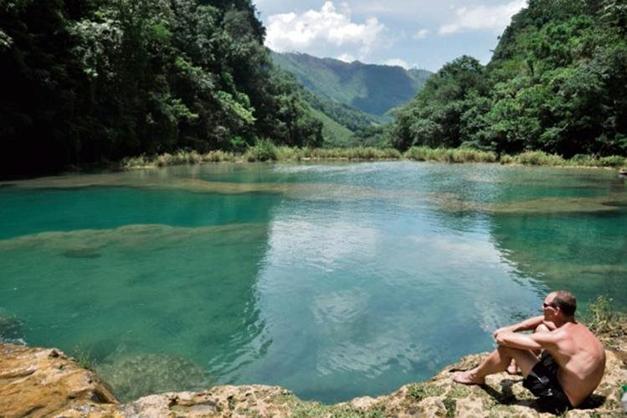 El río se interna en una caverna considerada de alto peligro, solo se permite observar el fenómeno geográfico natural a distancia. Cortesía: prensalibre.com