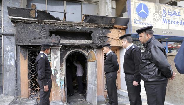 Agentes de seguridad egipcios permanecen frente a un restaurante y club nocturno que fue atacado en el barrio de Aguza,  El Cairo. EFE