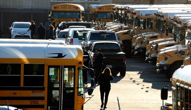Conductores del servicio de autobuses escolar . Foto: EFE