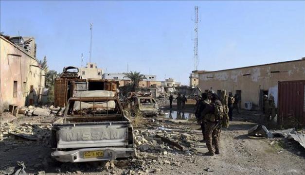 Un grupo de soldados del Ejército iraquí patrulla cerca del complejo gubernamental, que fue reocupado por parte de militantes del Estado Islámico (EI), en Ramadi, Irak. EFE