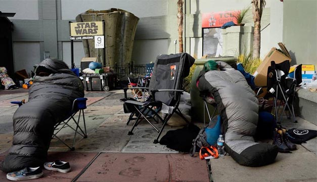 """Fans de la saga """"Star Wars"""" acampan afuera del Teatro Chino Grauman a la espera del estreno del episodio VII de la saga, """"El despertar de la fuerza"""", en Hollywood, California. EFE/Paul Buck"""