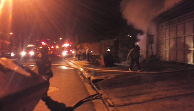 Incendio en calle Modelo. Cortesía: Noticiero Hechos.