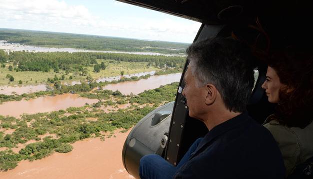 Macri sobrevuela parte del área afectada por las inundaciones. EFE