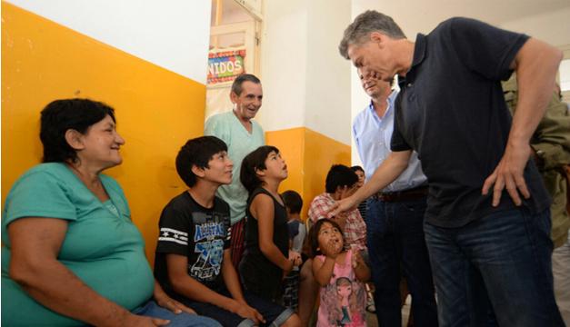 Presidente Mauricio Macri visita un albergue de personas evacuadas por las inundaciones. EFE