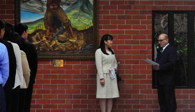 La princesa Mako (c) de Japón escucha al rector en funciones de la Universidad Centroamericana de El Salvador (UCA). EFE