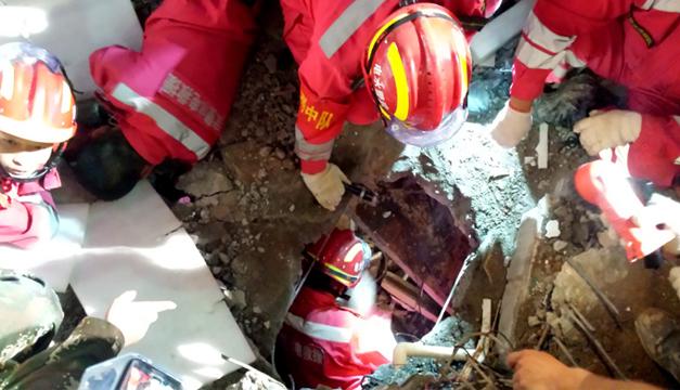 Equipo de emergencia rescatando al joven. EFE