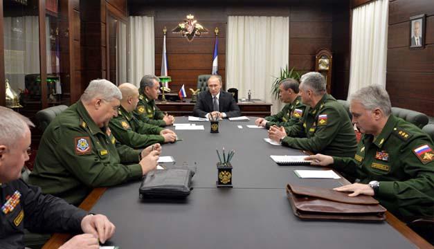 El presidente ruso, Vladímir Putin habla con los principales comandantes de las Fuerzas Armadas rusas.EFE