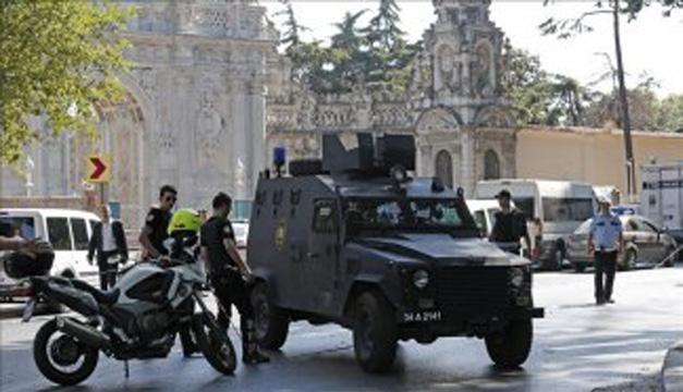 Miembros de las fuerzas especiales turcas patrullan en un barrio. EFE