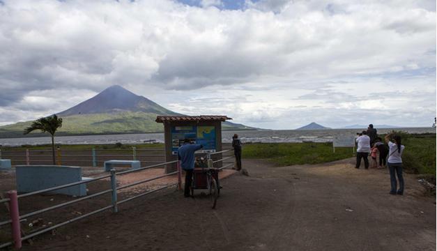 Algunos turistas fotografían al Momotombo. EFE