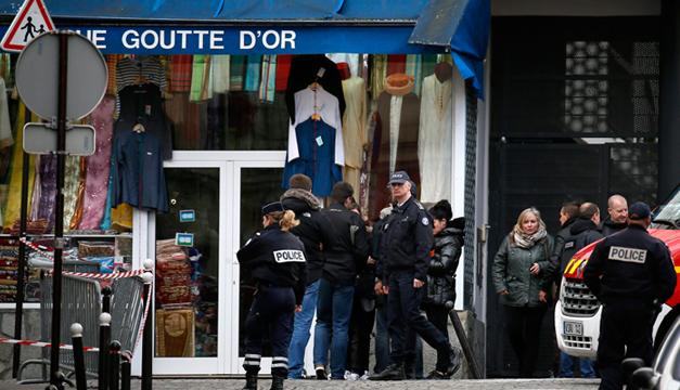 Agentes de policías vigilan los alrededores del lugar donde la Policía francesa mató al hombre armado que trató de atacar hoy una comisaría. EFE