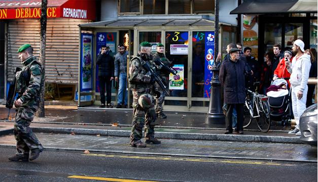 Varios militares patrullan cerca del lugar donde la Policía francesa mató al hombre armado que trató de atacar hoy una comisaría. EFE