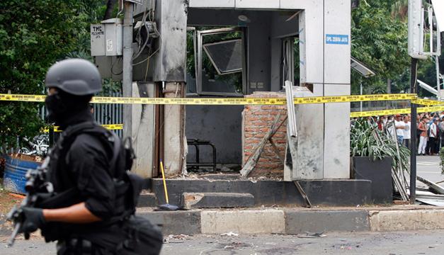 Un policía vigila el lugar donde se produjo una explosión cerca de un centro comercial en Yakarta. EFE