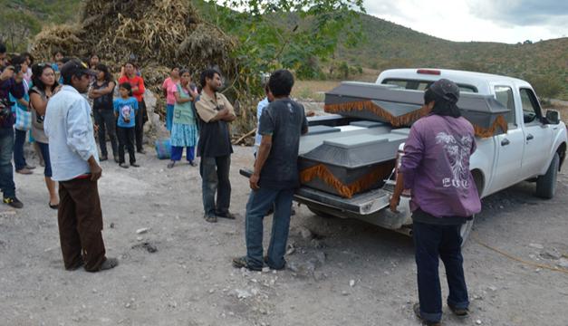 Levantamiento de los cadáveres. Foto por: EFE