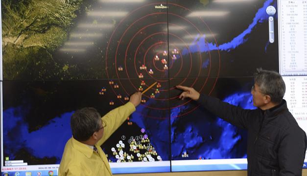 Expertos interpretan gráficos que muestran actividad sísmica tras la prueba nuclear de Corea del Norte. EFE