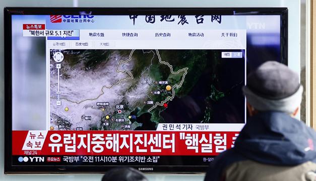 Varias personas ven la transmisión de televisión en Seúl (Corea del Sur) sobre las pruebas de la bomba de hidrógeno por parte de Corea del Norte. EFE