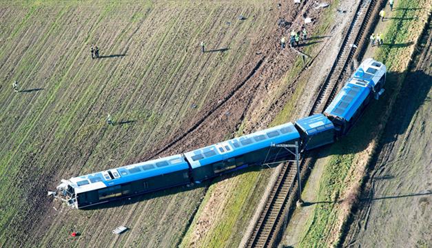 Vista aérea del accidente de un tren de pasajeros ocurrido en las proximidades de Dalfsen, este de Holanda