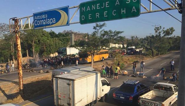 Fotografía del cierre de la autopista. Créditos: Usuario/@rojas22812013