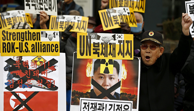 Activistas protestan contra el lanzamiento de un satélite a bordo de un proyectil de largo alcance el pasado 7 de febrero por parte de Corea del Norte durante una manifestación en Seúl (Corea del Sur). EFE