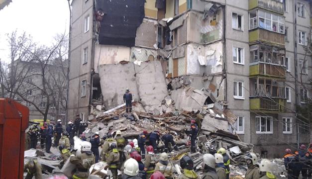 Fotografía facilitada por el Ministerio de emergencias ruso que muestra a miembros de los servicios de rescate que retiran escombros del lugar donde se ha producido una explosión de gas. EFE