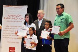 FUNDACION-Meza-Ayau-ENTREGA-de-Becas-ROBERTO-MURRAY-MEZA-y-becarios-destacados