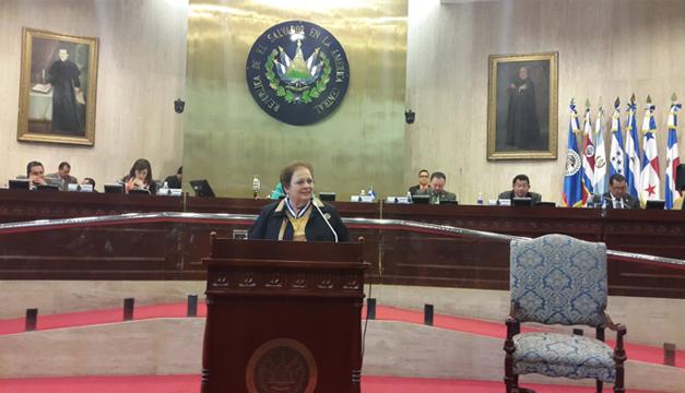 Embajadora de los EE.UU., Mari Carmen Aponte. Tomada de: @USEmbassySV