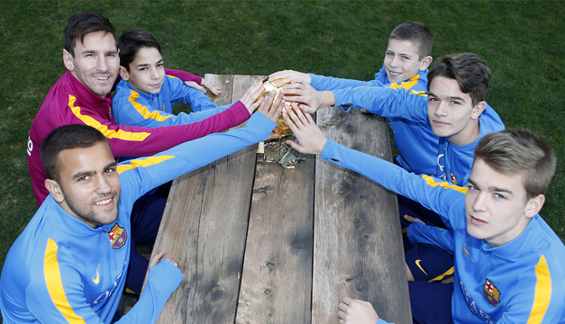 Messi compartió su quinto Balón de Oro con los niños del fútbol formativo. Foto Barcelona.