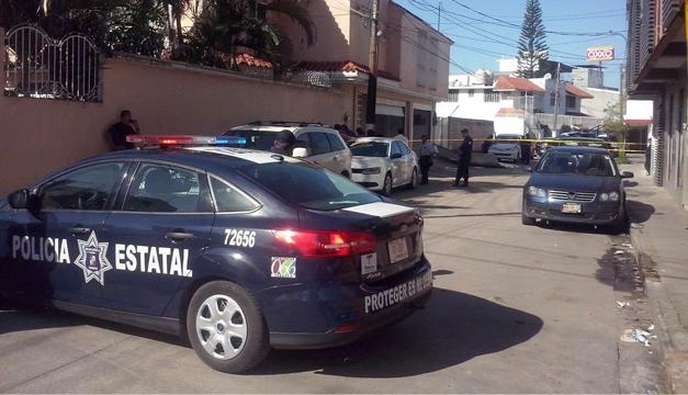 Peritos forenses investigan en la zona de domicilio del empresario. Foto: EFE