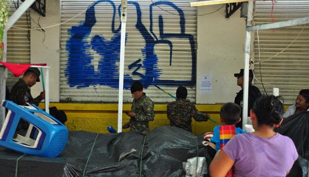 PNC-y-soldados-borran-grafitis-de-pandillas