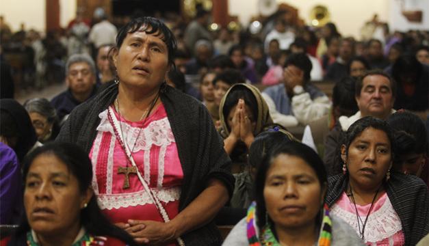 """Músicos de la filarmónica de la etnia """"míxe"""" originarios de Oaxaca . Fotografía: Agencia/EFE"""
