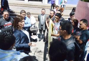 UES-Ana-Vilma-de-Escobar-con-estudiantes
