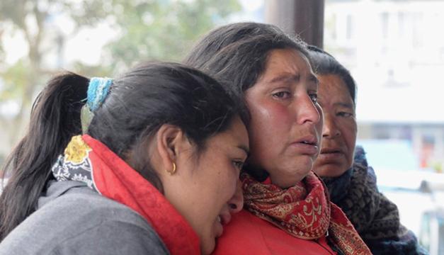 Familiares de las víctimas del accidente de una avioneta de Tara Airlines esperan recibir noticias de sus seres queridos en el aeropuerto de Pokhara
