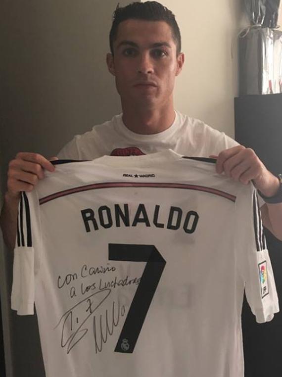 cristiano-ronaldo-solidario-camiseta-dedicada-financiar-bebes-afectados-enfermedad-femur-corto-congenito-firmada-lucha
