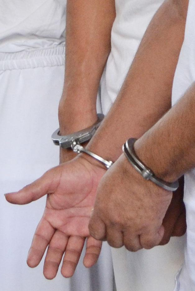 Detenidos.esposas