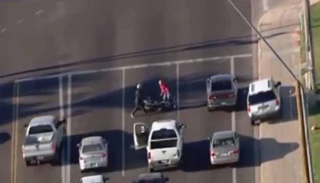 Hombre intenta huir de la policia