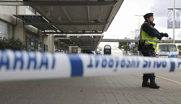 Agente custodia aeropuerto de Bruselas. Foto: Agencia EFE.