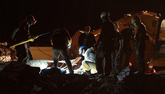 Efectivos de la Policía ecuatoriana recupera uno de los cuatro cuerpo aplastados en el hotel Royal en Pedernales . EFE