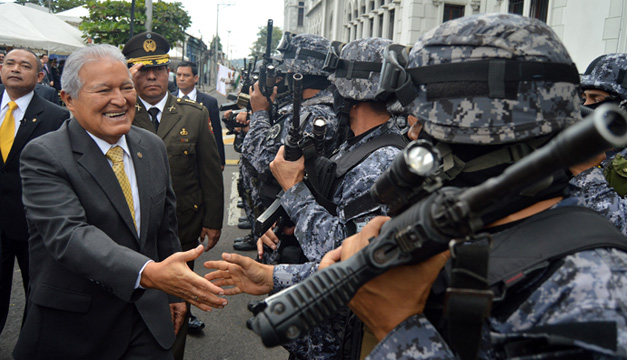 Presidente y policias-DEM