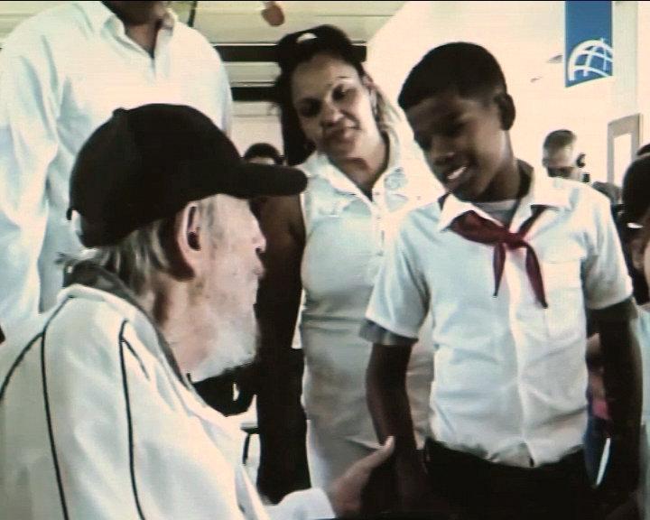 """GRA005 LA HABANA, 08/04/2016.- Imagen tomada de la Televisión cubana del expresidente de Cuba Fidel Castro que reapareció ayer en público en La Habana, en un acto de homenaje a Vilma Espín, esposa de su hermano Raúl, fallecida en el año 2007 y considerada una de las heroínas de la Revolución. Castro visitó el complejo educacional """"Vilma Espín"""" de La Habana donde, junto a alumnos y maestros de círculos infantiles y enseñanza primaria, participó en un homenaje a la fundadora de la Federación de Mujeres Cubanas (FMC) en la jornada en que se celebra el 86 aniversario de su nacimiento. EFE **SOLO USO EDITORIAL**"""