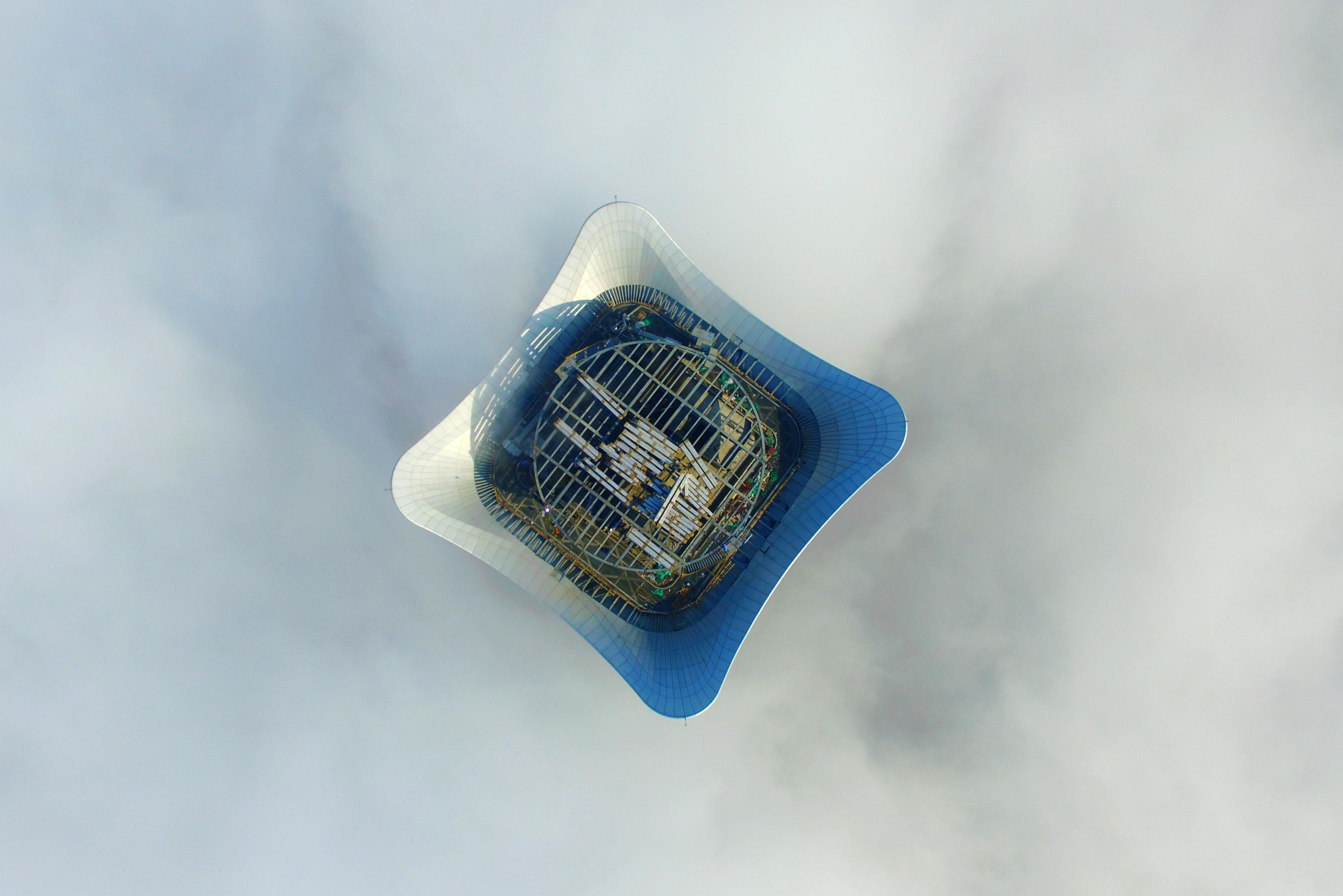 (160403) -- SHANGHAI, abril 3, 2016 (Xinhua) -- Imagen del 1 de abril de 2016 de la vista aérea de la Plaza Baiyulan rodeada de niebla en Shanghai, en el este de China. Shanghai emitió una alerta naranja por niebla el viernes. (Xinhua/Cheng Xugang) (jp) (fnc)