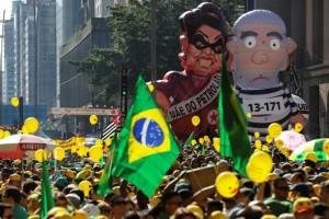 BRA63.- SAO PAULO (BRASIL), 17/04/2016.- Miles se personas se manifiestan en la avenida Paulista de Sao Paulo, Brasil, hoy domingo 17 de abril de 2016, cuando la Cámara de Diputados de Brasil inició la sesión en la que sus 513 miembros decidirán si el proceso que puede llevar a la destitución de la presidenta Dilma Rousseff avanza al Senado o termina en los archivos del Parlamento. EFE/Sebastião Moreira
