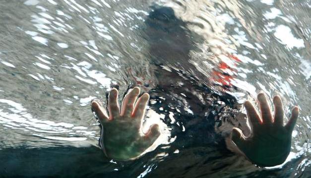 nino mete las manos al agua-efe