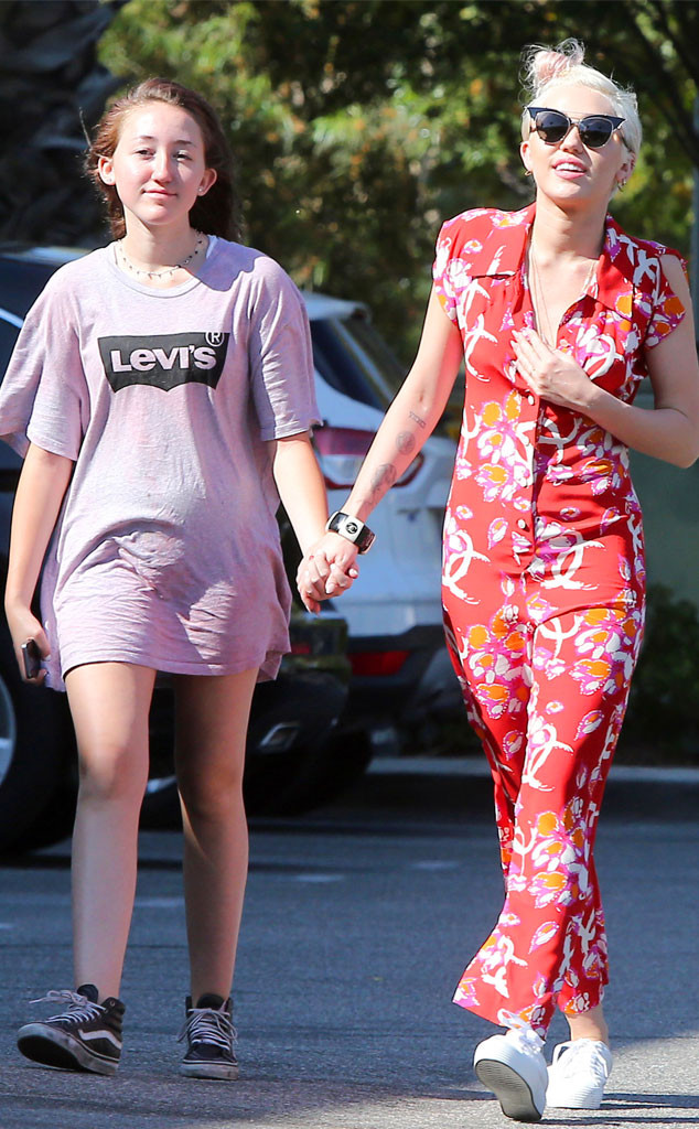 rs_634x1024-140630105928-634.Noah-Cyrus-Miley-Cyrus-Holding-Hands-JR-63014