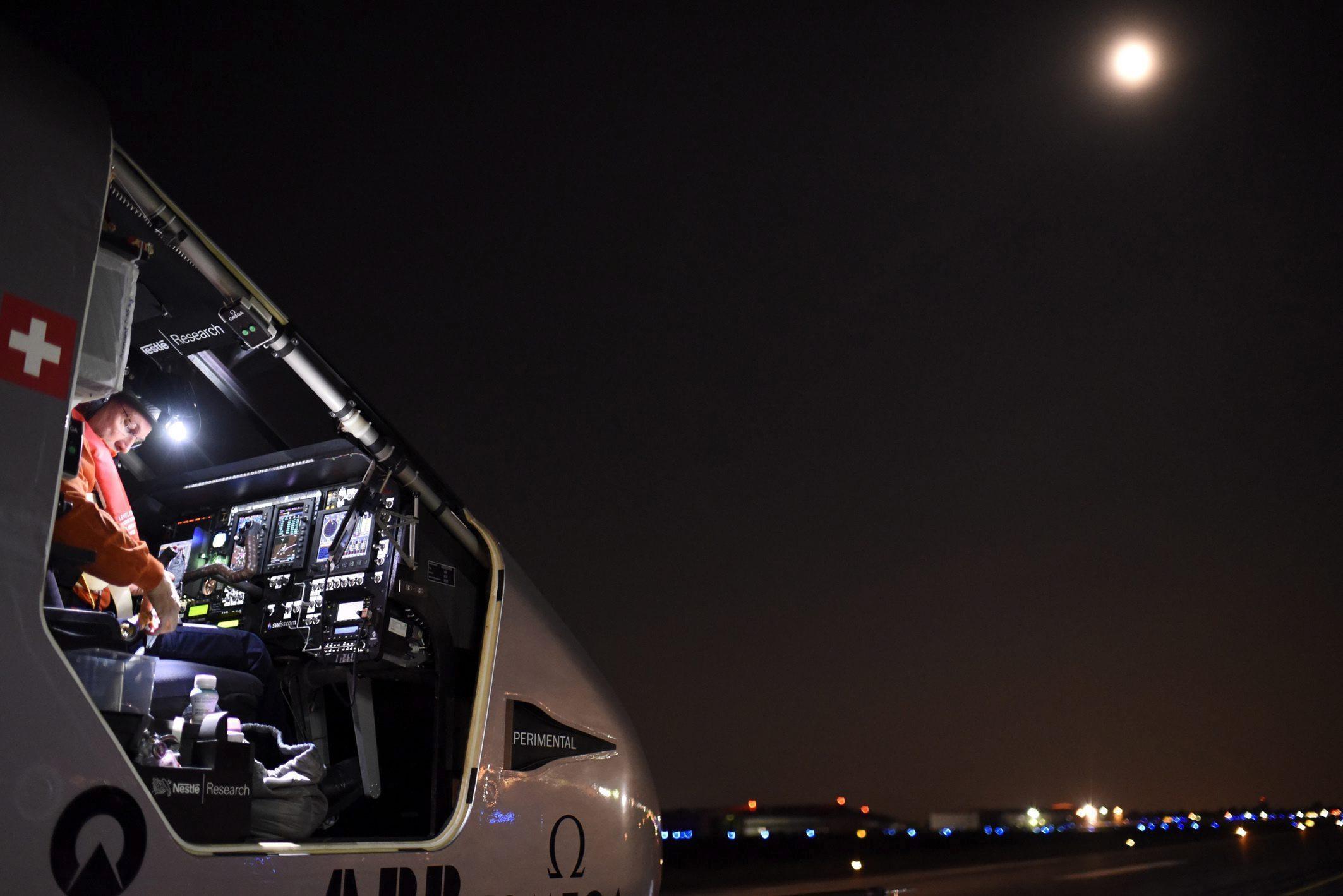 USA02 DAYTON (ESTADOS UNIDOS) 25/05/2016.- Fotografía facilitada por Solar Impulse II a través de Global Newsroom hoy, 25 de mayo de 2016, muestra al suizo Bertrand Piccar mientras prepara el lanzamiento del avión antes de su despegue en Dayton, Ohio. El despegue del avión Solar Impulse II, que da la vuelta al mundo únicamente con energía captada del sol para demostrar la potencialidad de las energías renovables, se efectuó tras un aplazamiento decidido en la víspera por un desperfecto en el sistema que mantenía inflado su hangar móvil. EFE/Christophe Chammartin/Rezo / Han SÓLO USO EDITORIAL