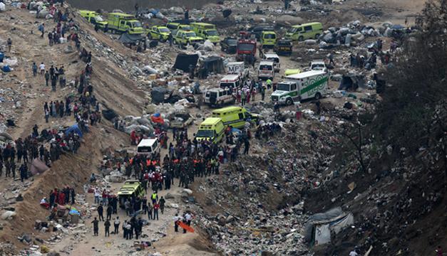 Autoridades y cuerpos de emergencia acudieron a la zona del derrumbe en un relleno sanitario. Fotografía: Agencia EFE
