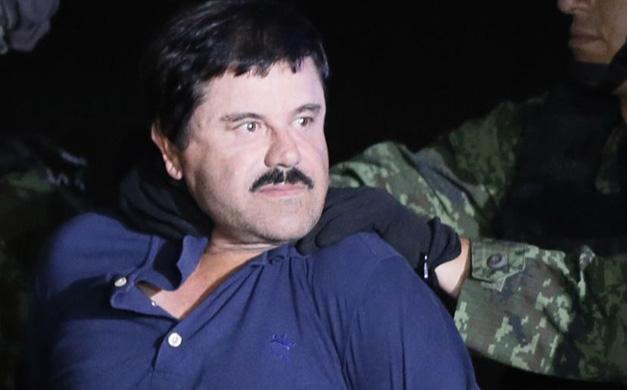 """MEX30. CIUDAD DE MÉXICO (MÉXICO), 08/01/2016.- El narcotraficante Joaquín """"El Chapo"""" Guzmán es conducido hoy, viernes 8 de enero de 2016, a un helicóptero de la Marina Armada de México, en la capital mexicana tras su recaptura en la ciudad de Los Mochis, Sinaloa (México). La fiscal general de México, Arely Gómez, informó que una de las razones de la captura del narcotraficante Joaquín """"El Chapo"""" Guzmán este viernes fue el descubrimiento de que el capo de las drogas había iniciado contactos con gente del mundo del cine para rodar una película. Las autoridades mexicanas trasladaron hoy al narcotraficante Joaquín """"El Chapo"""" Guzmán al penal de máxima seguridad del Altiplano, del que se fugó el pasado 11 de julio, horas después de que el presidente Enrique Peña Nieto anunciara su recaptura en el estado mexicano de Sinaloa (occidente). EFE/José Méndez"""