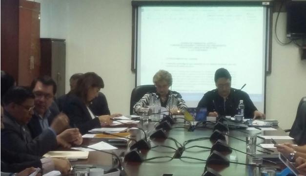 Fotografía: Diputados de la Comisión de Hacienda reunidos en Asamblea Legislativa.